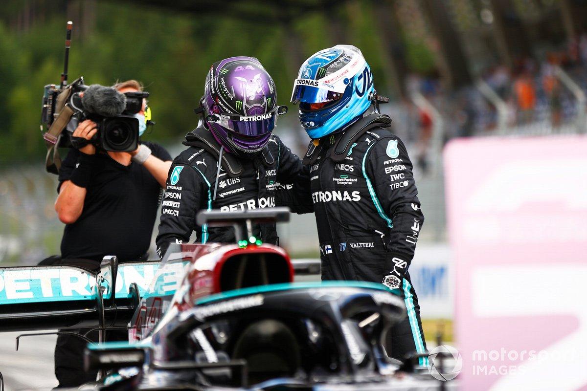Lewis Hamilton, Mercedes, 2ª posición, y Valtteri Bottas, Mercedes, 3ª posición, se felicitan mutuamente en el Parc Ferme