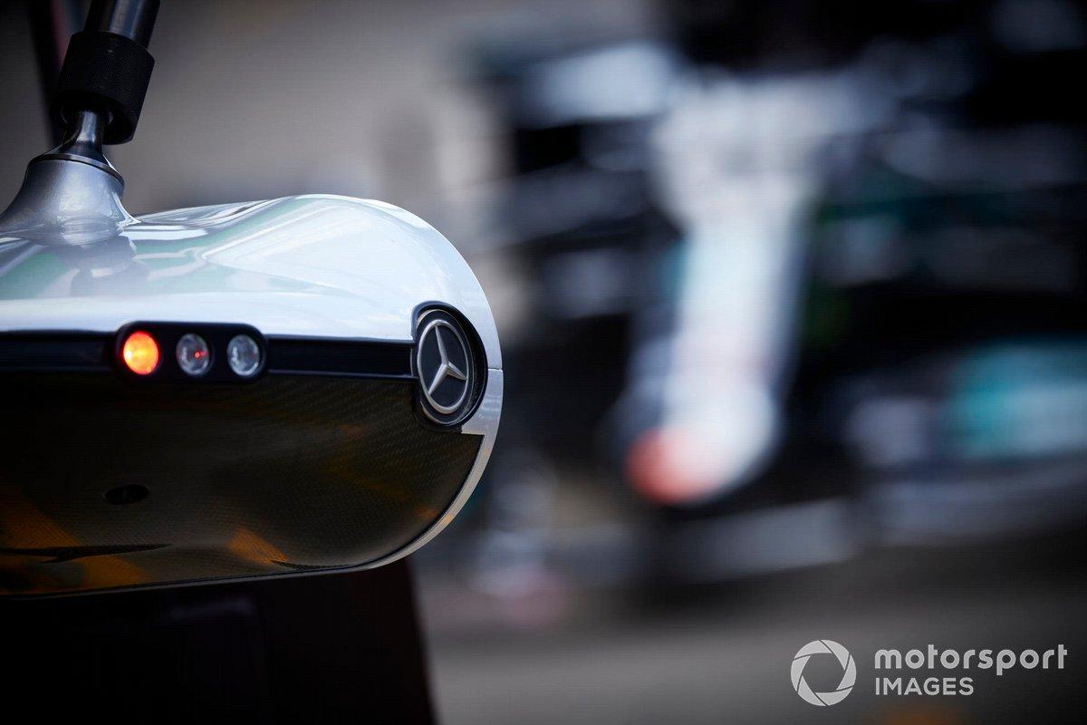 Logo de Mercedes en el equipamiento del pit lane