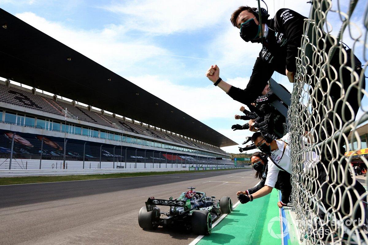Lewis Hamilton, Mercedes W12, cruza la meta frente a su equipo en el muro de boxes