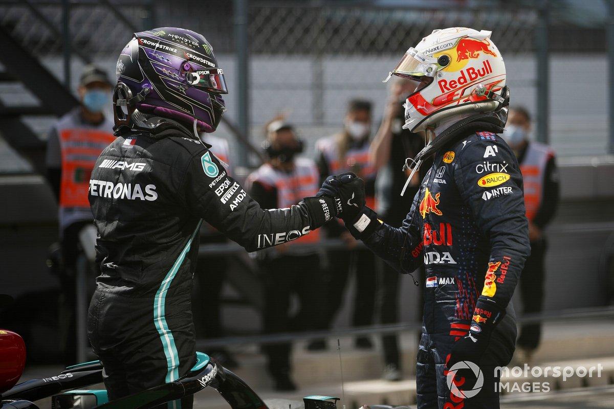 Segundo lugar Max Verstappen, Red Bull Racing, felicita al ganador Lewis Hamilton, Mercedes, en Parc Ferme