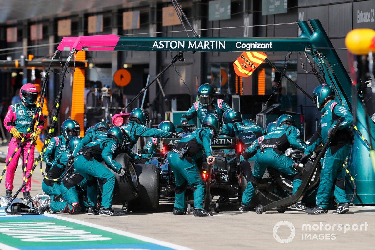 Lewis Hamilton, Mercedes W12, effettua un pit stop