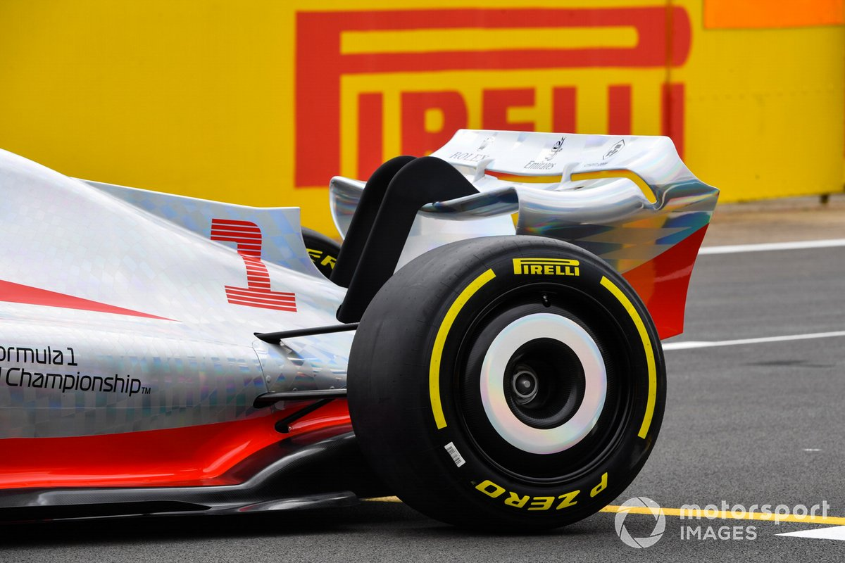 Detalle de la rueda trasera del coche de Fórmula 1 2022