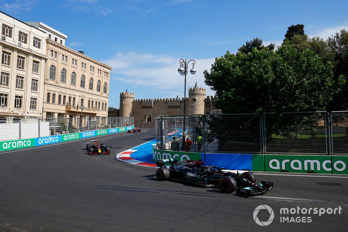 Lewis Hamilton, Mercedes W12, Max Verstappen, Red Bull Racing RB16B, e Sergio Perez, Red Bull Racing RB16B