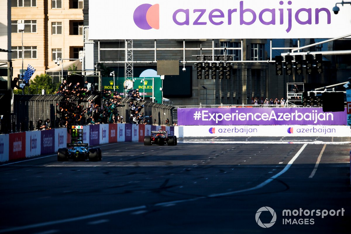 Ganador Sergio Pérez, Red Bull Racing RB16B, se lleva la bandera a cuadros y Sebastian Vettel, Aston Martin AMR21 segundo lugar
