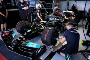 Lewis Hamilton, Mercedes W12, in de garage