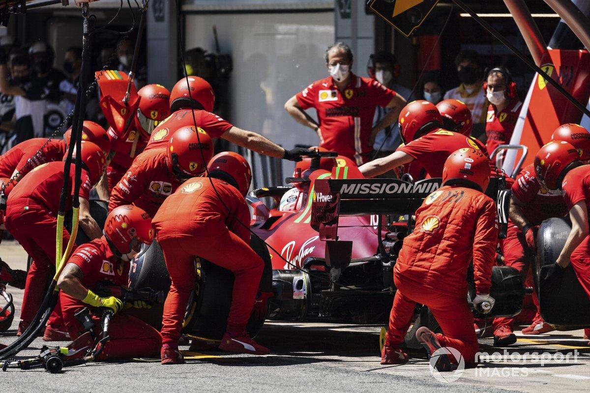 Charles Leclerc, Ferrari SF21, effettua uno stop