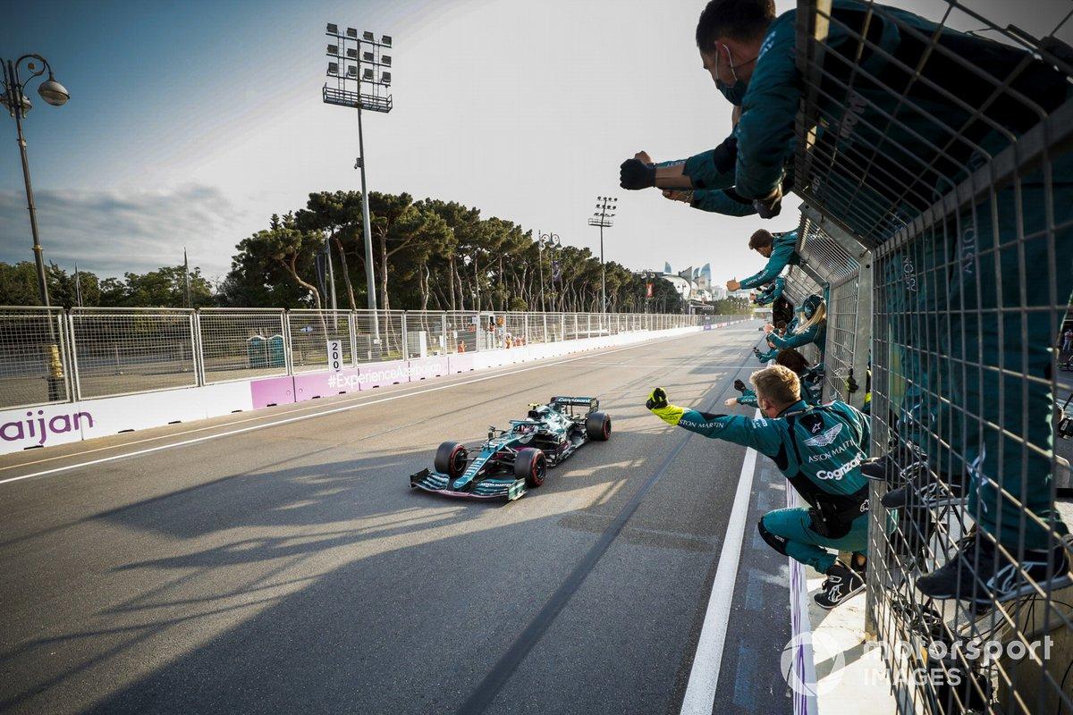 Sebastian Vettel, Aston Martin AMR21, 2ª posición, cruza la línea de meta entre los vítores de su equipo