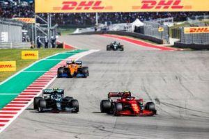 Carlos Sainz Jr, Ferrari SF21, Sebastian Vettel, Aston Martin AMR21, y Lando Norris, McLaren MCL35M