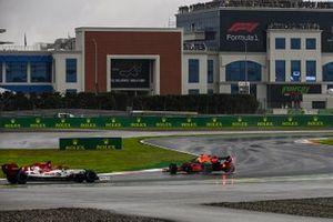Max Verstappen, Red Bull Racing RB16, spins ahead of Kimi Raikkonen, Alfa Romeo Racing C39
