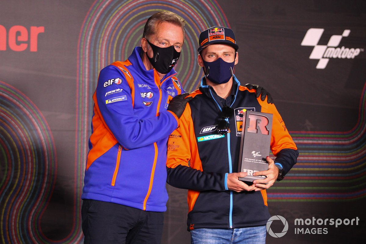 Brad Binder, Red Bull KTM Factory Racing, Rookie del año 2020, con Herve Poncharal