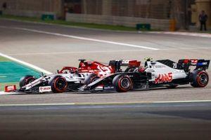 Kimi Raikkonen, Alfa Romeo Racing C39, battles with Kevin Magnussen, Haas VF-20