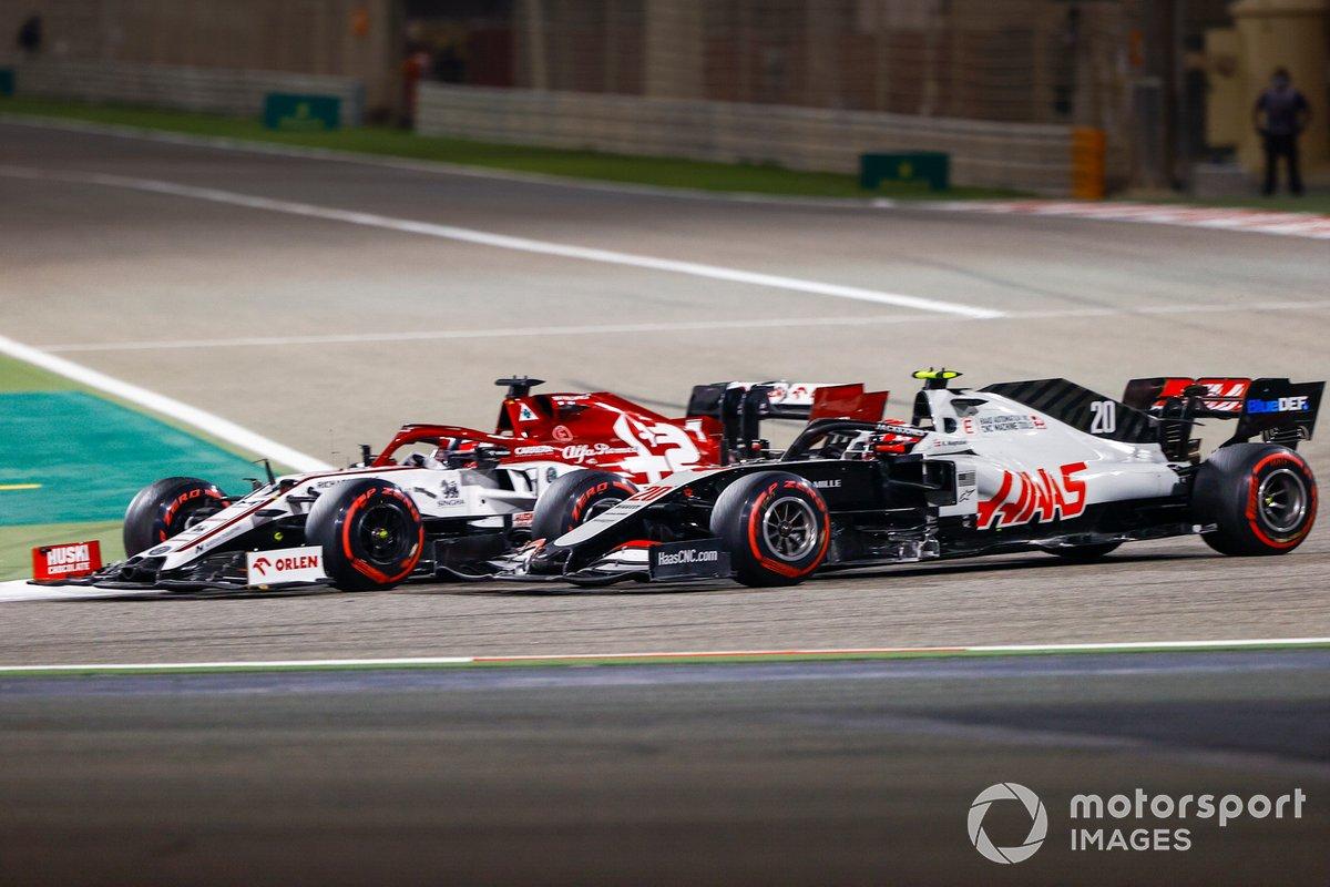 Kimi Raikkonen, Alfa Romeo Racing C39, in battaglia con Kevin Magnussen, Haas VF-20