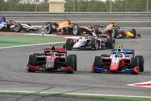 Callum Ilott, UNI-Virtuosi battles with Robert Shwartzman, Prema Racing