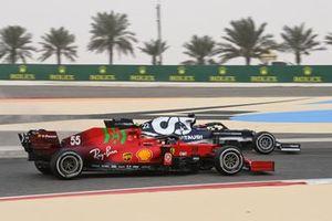 Carlos Sainz Jr., Ferrari SF21, and Yuki Tsunoda, AlphaTauri AT02