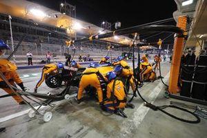 Lando Norris, McLaren MCL35M, dans les stands