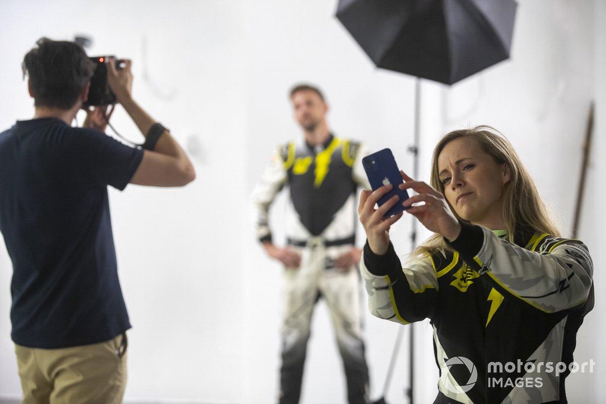 Mikaela Ahlin-Kottulinsky, JBXE Extreme-E Team, se hace un selfie