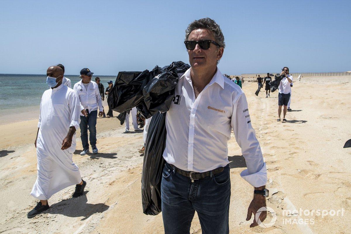 Alejandro Agag, CEO de la Extreme E, ayuda a limpiar una playa