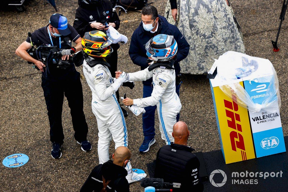 Ganador Nyck de Vries, Mercedes-Benz EQ, EQ Silver Arrow 02, Stoffel Vandoorne, Mercedes-Benz EQ, EQ Silver Arrow 02 celebran en Parc Ferme