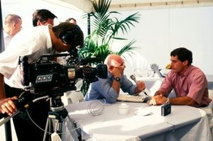 Ayrton Senna, McLaren, qui à eu un crash dans le premier tour, est interviewé par Murray Walker, Commentateur pour la BBC.