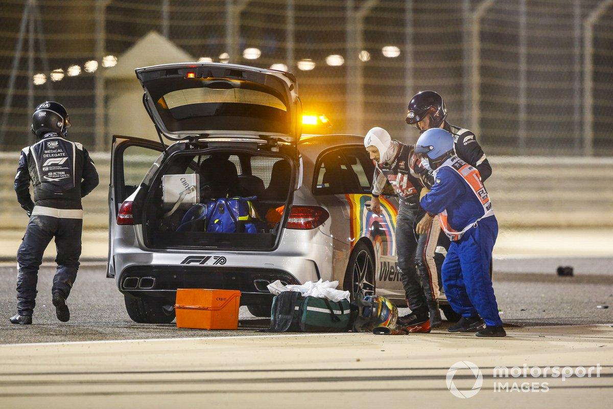 Tim medis membantu Romain Grosjean, Haas F1, setelah insiden mobilnya terbakar
