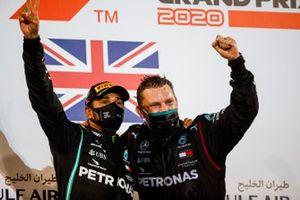 Race Winner Lewis Hamilton, Mercedes-AMG F1 celebrates on the podium with the Winning Constructor Representative
