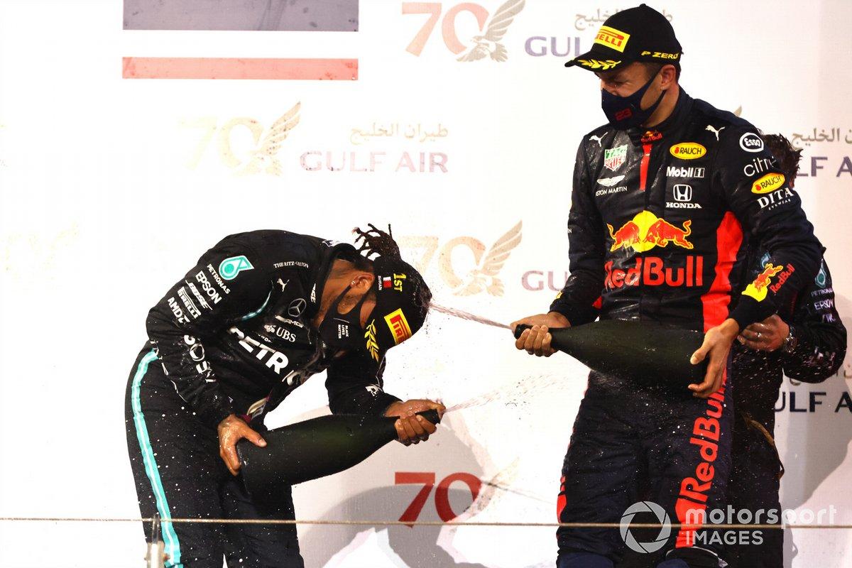 Lewis Hamilton, Mercedes-AMG F1, 1° posto, e Alex Albon, Red Bull Racing, 3° posto, festeggiano sul podio