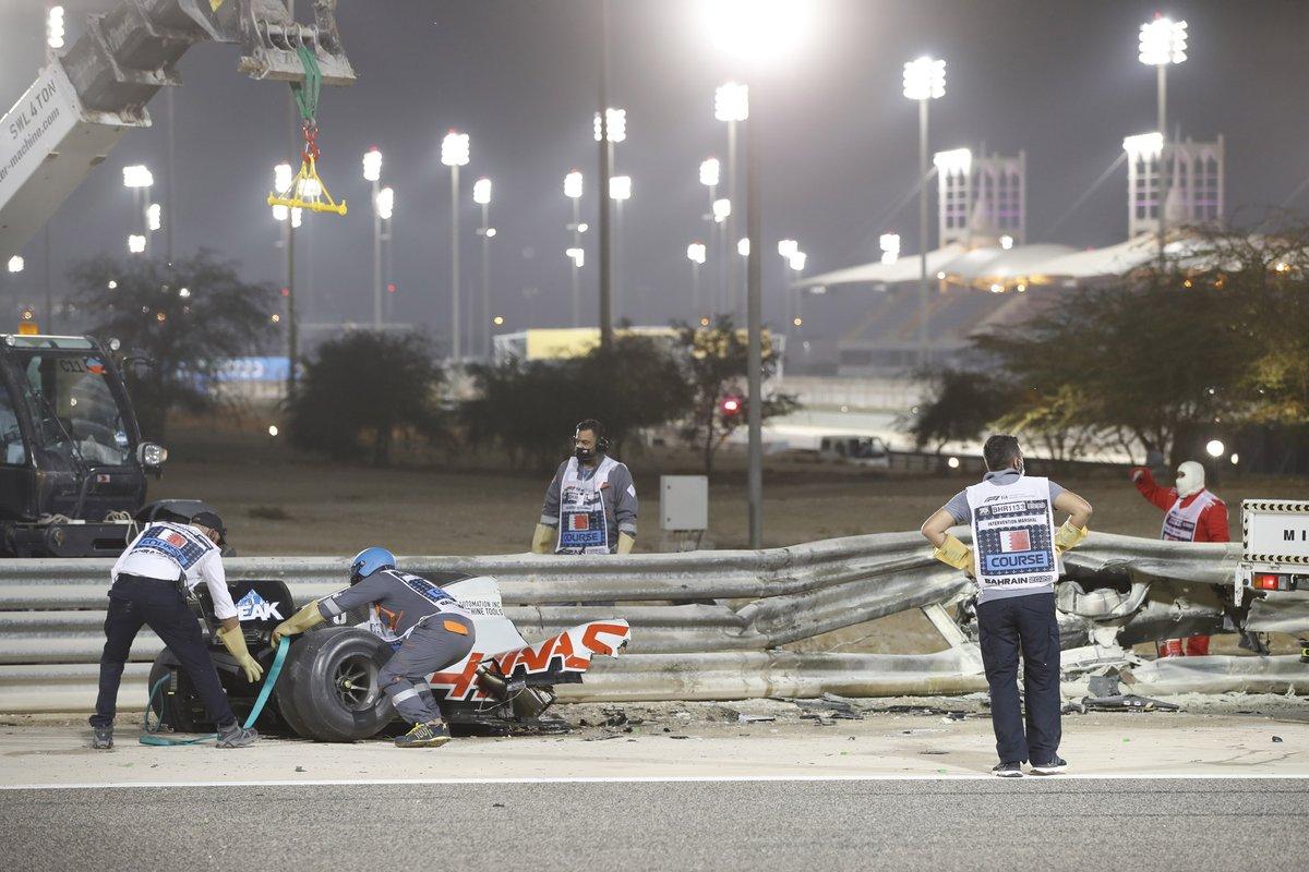 Los restos del monoplaza de Romain Grosjean, Haas VF-20, después de su enorme accidente