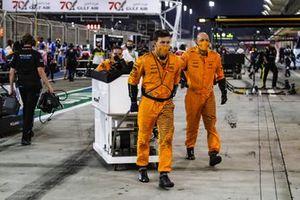 Mecánicos de McLaren con equipo
