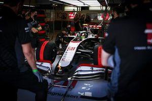 Mick Schumacher, Haas VF-20, in the garage