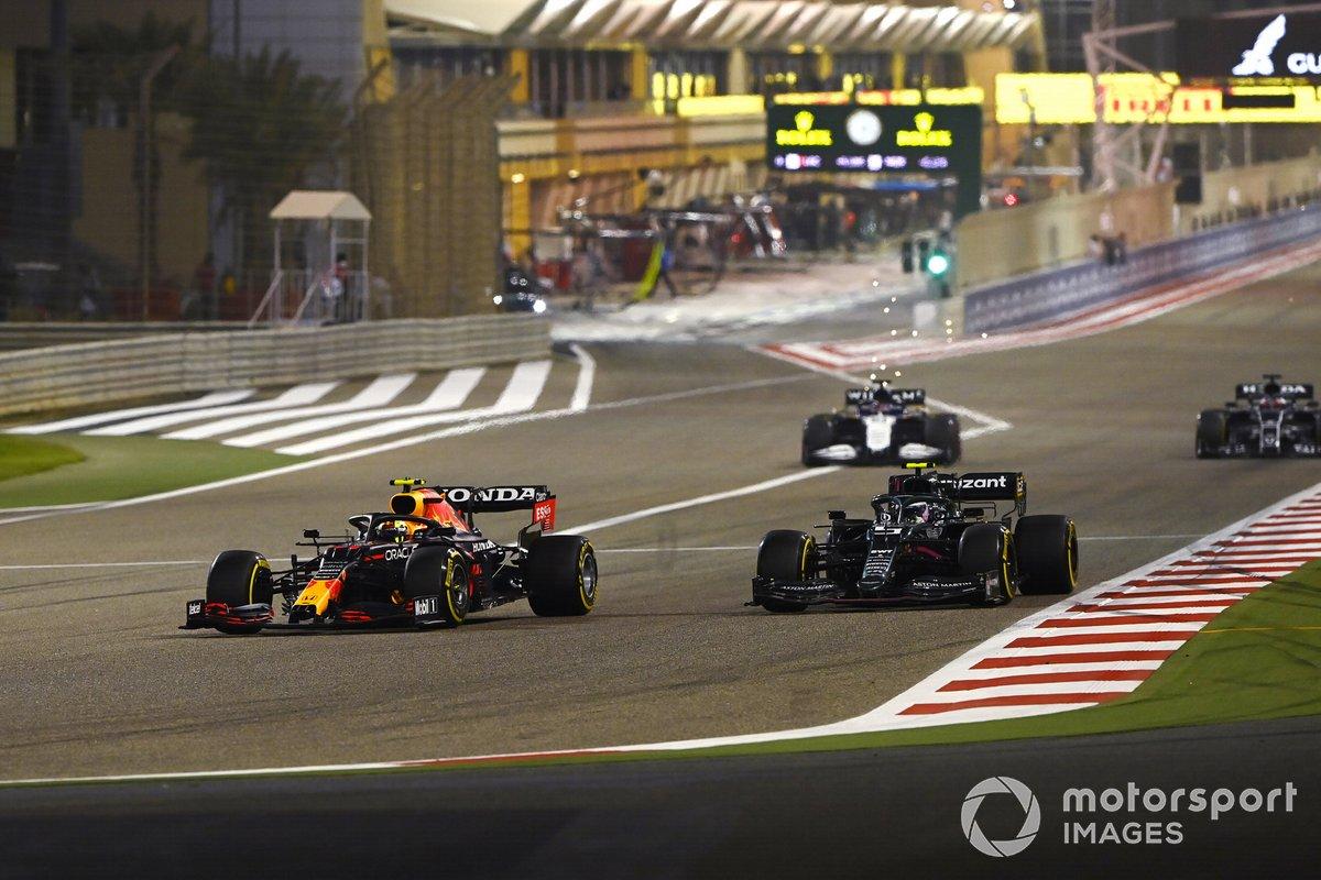 Sergio Pérez, Red Bull Racing RB16B, Sebastian Vettel, Aston Martin AMR21