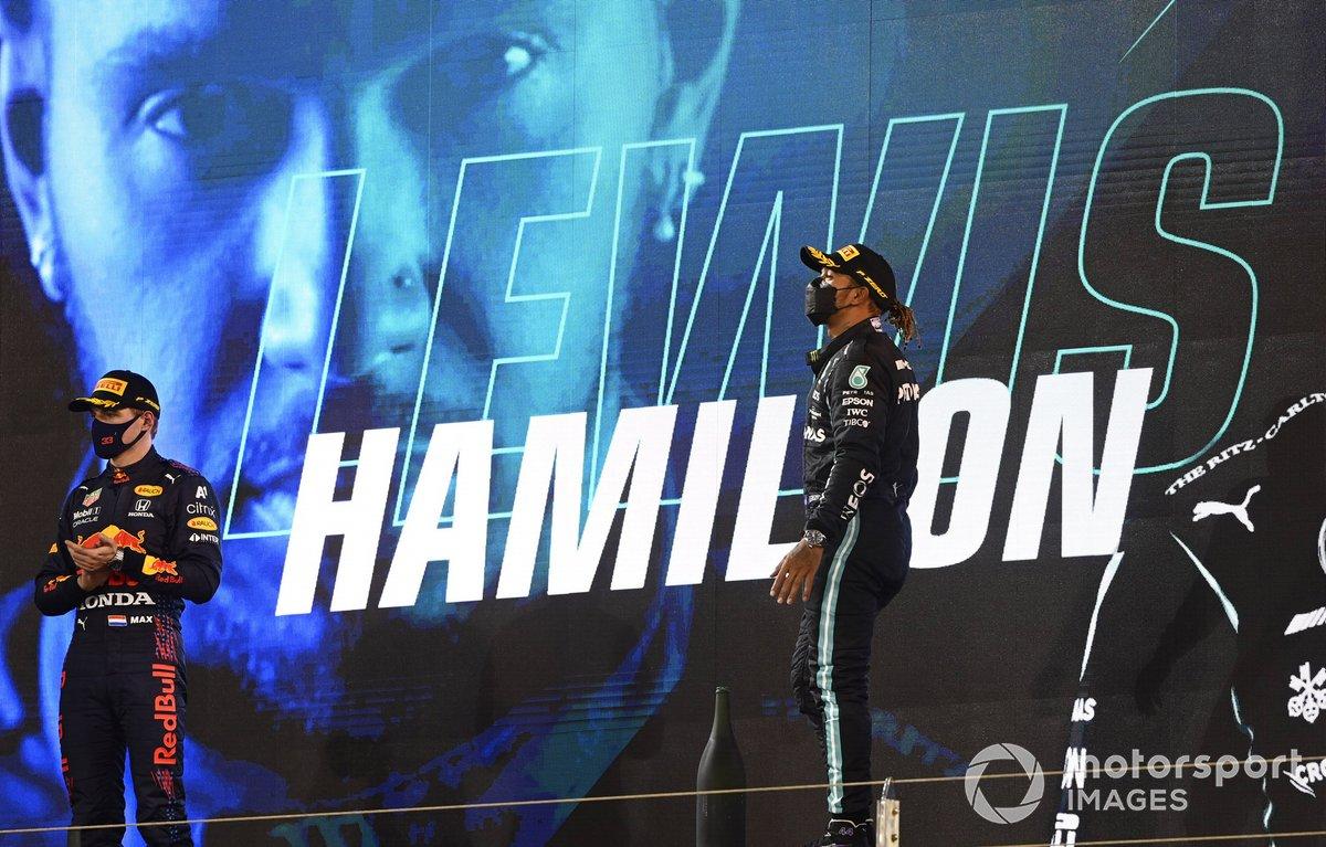 Lewis Hamilton, 1 ° Mercedes W12 e Max Verstappen, 2 ° Red Bull Racing RB16B sul podio