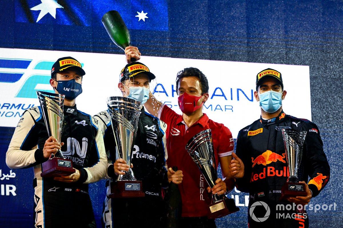 Podio: segundo lugar Guanyu Zhou, Uni-Virtuosi Racing, ganador Oscar Piastri, Prema Racing y tercer lugar Jehan Daruvala, Carlin