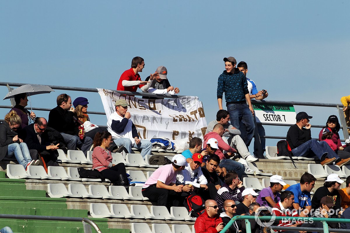 Fans de Fernando Alonso en su primer test con Ferrari en Valencia