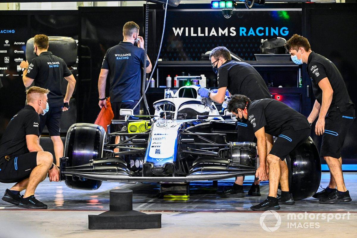 Los mecánicos de Williams Racing trabajan en el garaje