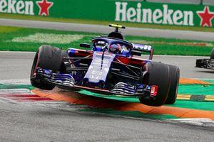 Pierre Gasly, Scuderia Toro Rosso STR13 springt over de kerb