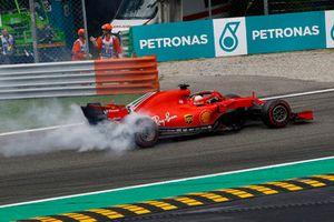 Sebastian Vettel, Ferrari SF71H gira con daño en la vuelta uno