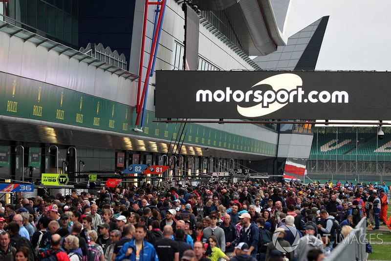 Fans en el pitlane con el letrero de Motorsport.com