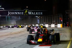 Daniel Ricciardo, Red Bull Racing RB14, leads Sergio Perez, Racing Point Force India VJM11, Romain Grosjean, Haas F1 Team VF-18, Fernando Alonso, McLaren MCL33, and Carlos Sainz Jr., Renault Sport F1 Team R.S. 18