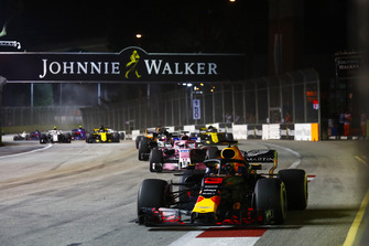 Daniel Ricciardo, Red Bull Racing RB14, leads Sergio Perez, Racing Point Force India VJM11, Romain Grosjean, Haas F1 Team VF-18, Fernando Alonso, McLaren MCL33, and Carlos Sainz Jr., Renault Sport F1 Team R.S. 18