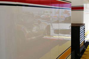 Il riflesso della Porsche 911 GT3 Cup di Simone Pellegrinelli, Bonaldi Motorsport, nel box