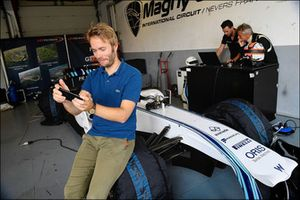 لاعبٌ للهواتف الذكية يختبر سيارة ويليامز في الفورمولا واحد