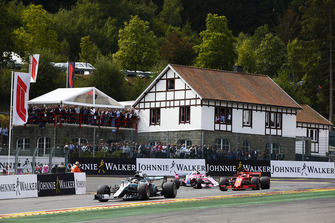 Lewis Hamilton, Mercedes AMG F1 W09,voor Sebastian Vettel, Ferrari SF71H, en Esteban Ocon, Racing Point Force India VJM11, tijdens de formatieronde