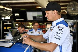 La crew di Ryan Blaney, Team Penske, Ford Fusion PPG