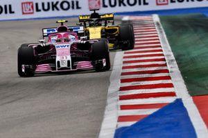 Esteban Ocon, Racing Point Force India VJM11 et Nico Hulkenberg, Renault Sport F1 Team R.S. 18