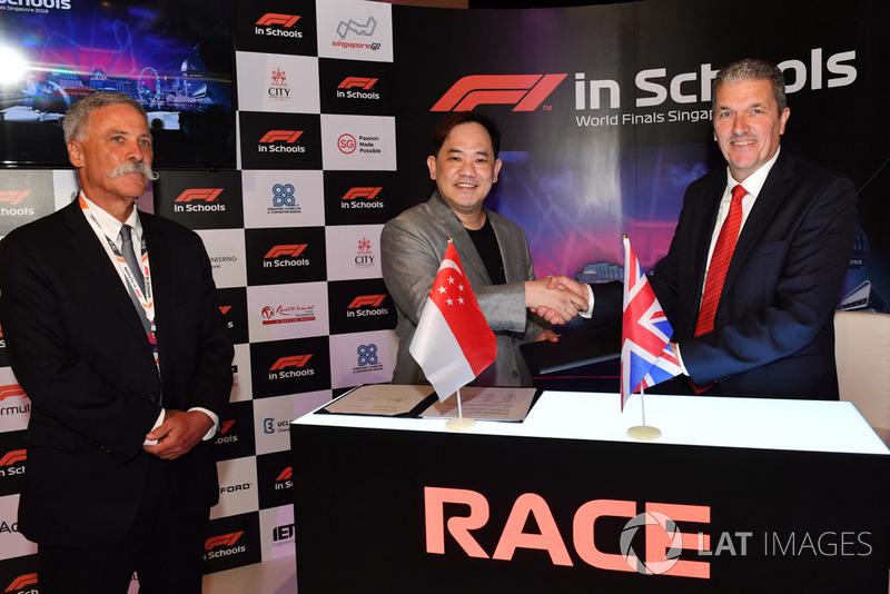 Chase Carey, director ejecutivo y presidente ejecutivo de Formula One Group y Andrew Denford, F1 en las escuelas