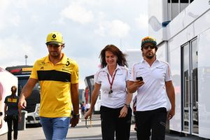 Carlos Sainz Jr., Renault Sport F1 Team, Silvia Hoffer Frangipane, McLaren Press Officer and Fernando Alonso, McLaren