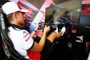 Marcus Ericsson, Alfa Romeo Sauber F1 Team avec un simulateur