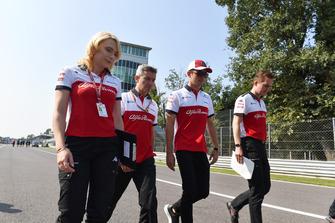 Charles Leclerc, Sauber pist yürüyüşü, Xevi Pujolar, Sauber Head of Track Engineering and Ruth Buscombe, Sauber Race Strategist