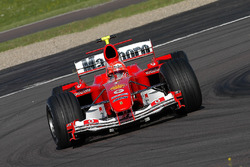 Valentino Rossi pilote la Ferrari F2004, dans ce qui est une seance d'essais secrète en portant un casque de Michael Schumacher