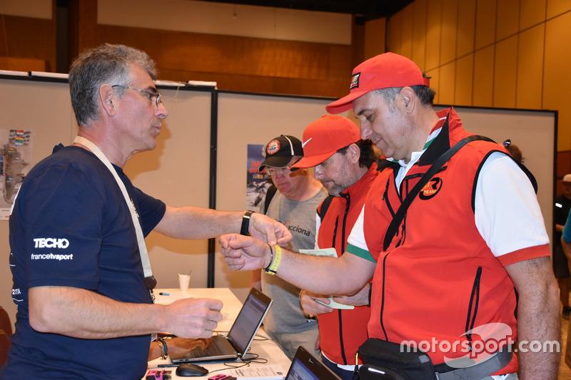 Michael Metge, Monster Energy Honda Team recibe el brazalete después de la verificación.